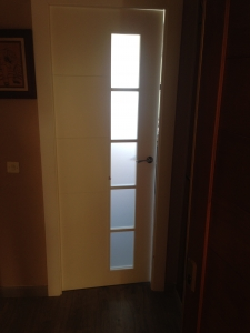 puerta-lacada-en-blanco-con-cristal-mate-acido-en-granada