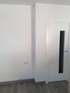 puerta-lacada-en-blanco-con-cristales-y-tarima-de-madera