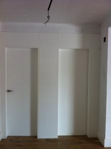 puerta-lacada-en-blanco-con-fijo-superior-de-madera