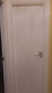 puerta-lacada-en-blanco-con-rayas-verticales-y-horizontales