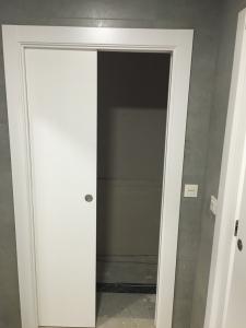 puerta-lacada-en-blanco-corredera-para-clinicas-en-granada