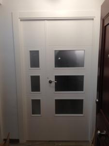 Puerta cristalera blanca con fijo