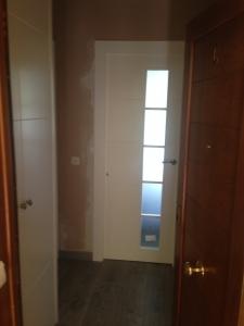 puerta-lacada-en-blanco-moderna-con-cristales-en-granada