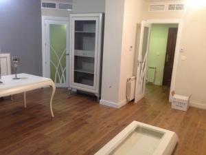 puerta-lacada-en-blanco-moderna-con-cristales-para-salon