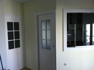 puerta-lacada-en-blanco-moderna-con-cristales-y-palilleria