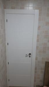 Puerta lacada en blanco con rayas
