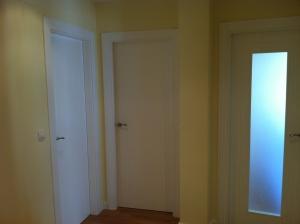 puertas-lacadas-en-blanco-en-granada-con-rayas