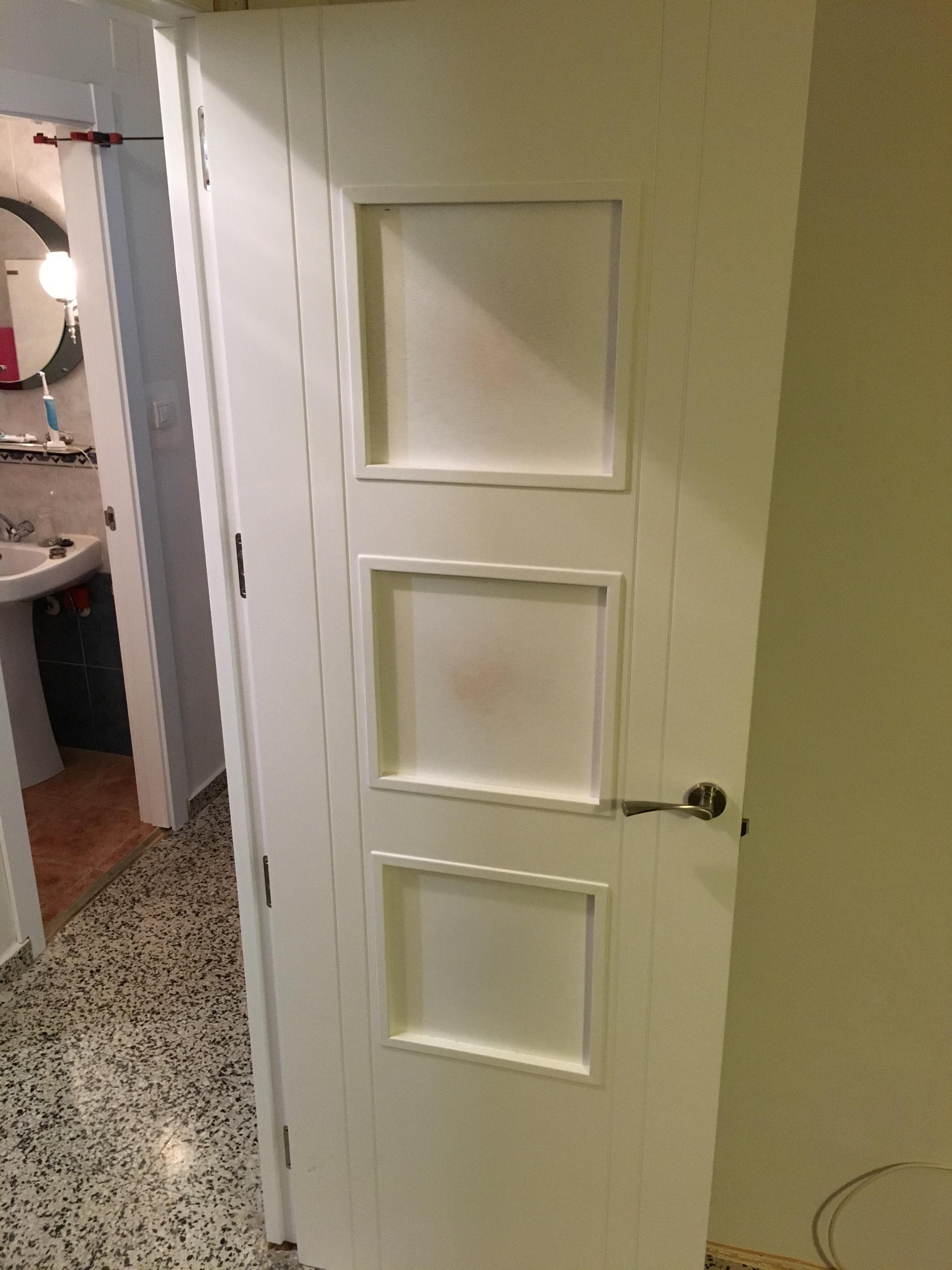 Trabajos realizados puertas lacadas blancas en granada for Puertas macizas blancas