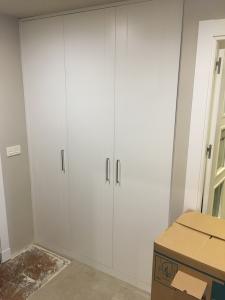 logo puertas abatibles en blanco