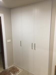 logo varias puertas abatibles en blanco en Granada