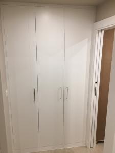 armario trabajo realizado puertas abatibles terminado