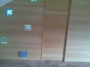 empanelado de madera en Granada alrededor de puerta invisible