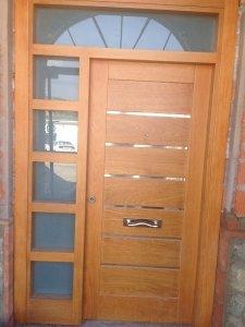 puerta de entrada con alrededores en cristal