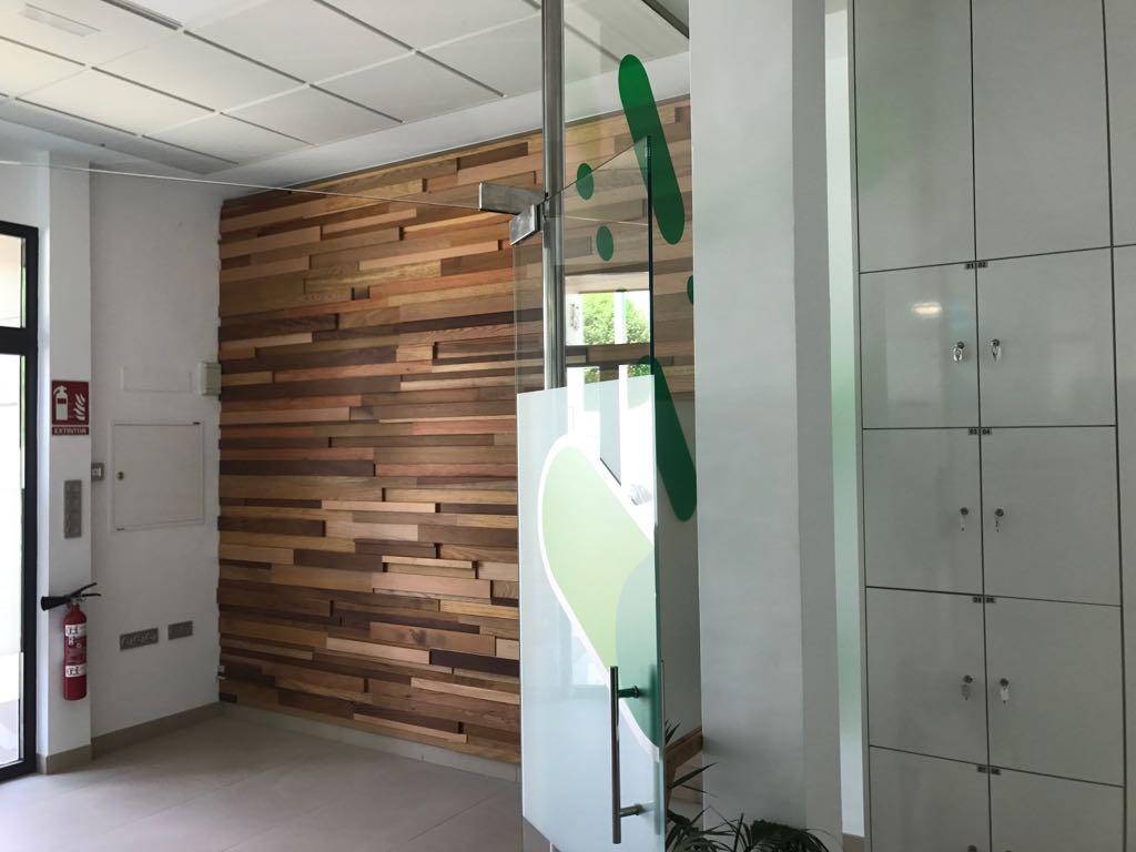 imagen de revestimiento de pared con listones de madera
