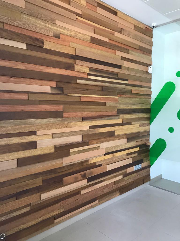 Paredes con listones de madera barnizada carpinteria - Madera para paredes ...