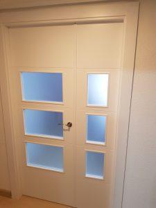 puerta doble blanca con cristales