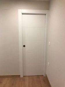 puerta rayada lacada en blanco
