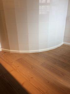 suelo de madera con curva