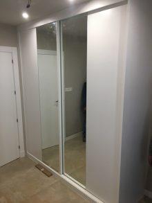 armario con puertas correderas y cristales