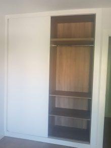 armario lacado en blanco con puertas corredera