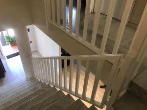 baranda blanca de madera para escaleras