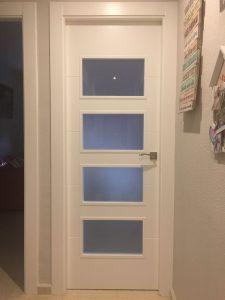 puerta lacad en blanco 4 rayas con cristales