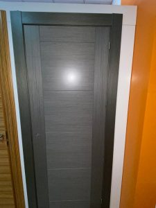 Puerta de madera de ceniza