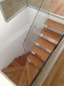 escaleras-de-madera-a-medida-con-baranda-de-cristal