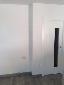 puerta-lacada-en-blanco-con-cristales-y-tarima-de-madera-