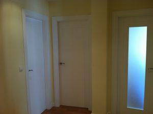 puertas-lacadas-en-blanco-en-granada-con rayas