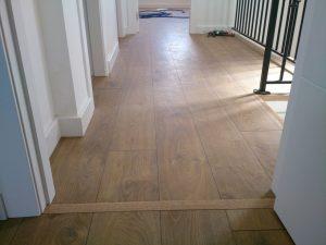 suelo-de-madera-roble-con-rodapie-lacado-en-blanco